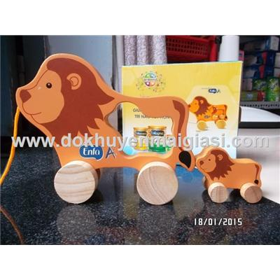 Bộ sư tử mẹ con bằng gỗ có bánh xe kéo của sữa Enfa tặng