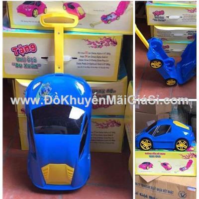 Màu xanh: Vali kéo nhựa hình ô tô cho bé, sữa Vinamilk tặng