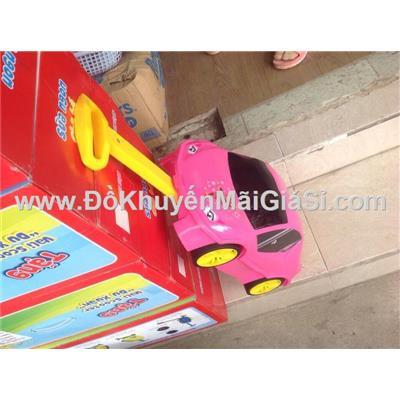 Màu hồng: Vali kéo nhựa hình ô tô cho bé, sữa Vinamilk tặng