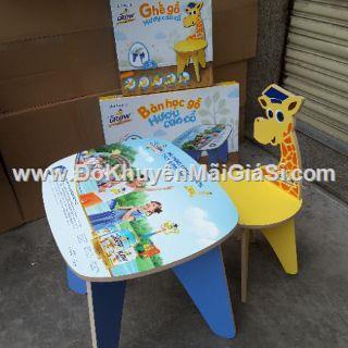 Bộ 1 bàn + 1 ghế gỗ Abbott Grow hình hươu cao cổ cho bé