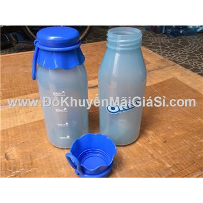 Bình nước nhựa Oreo 500ml màu xanh, nắp vặn, có vạch chia + quai xách